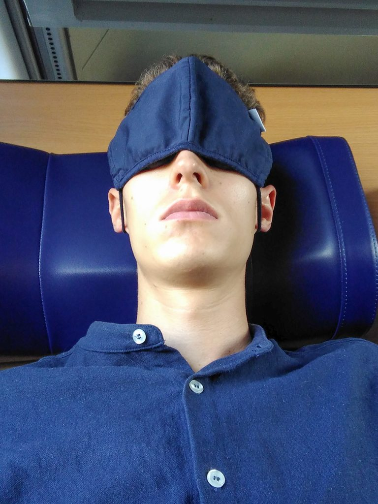 Selfie mit Maske über den Augen