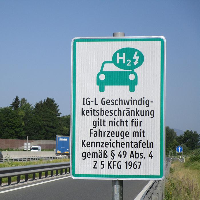 Verkehrsschild zum Tempolimit für Elektroautos auf österreichischen Autobahnen