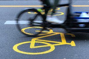 temporärer Fahrradstreifen mit gelber Markierung