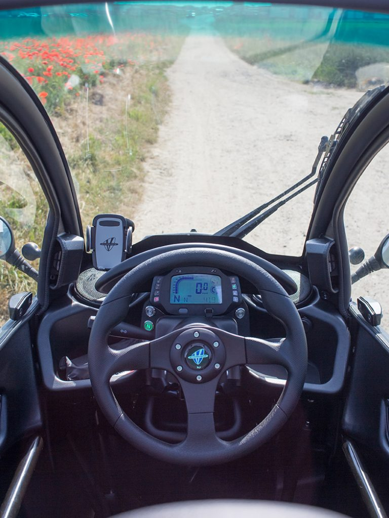 Lenkrad und Tacho im Carver Kabinenroller